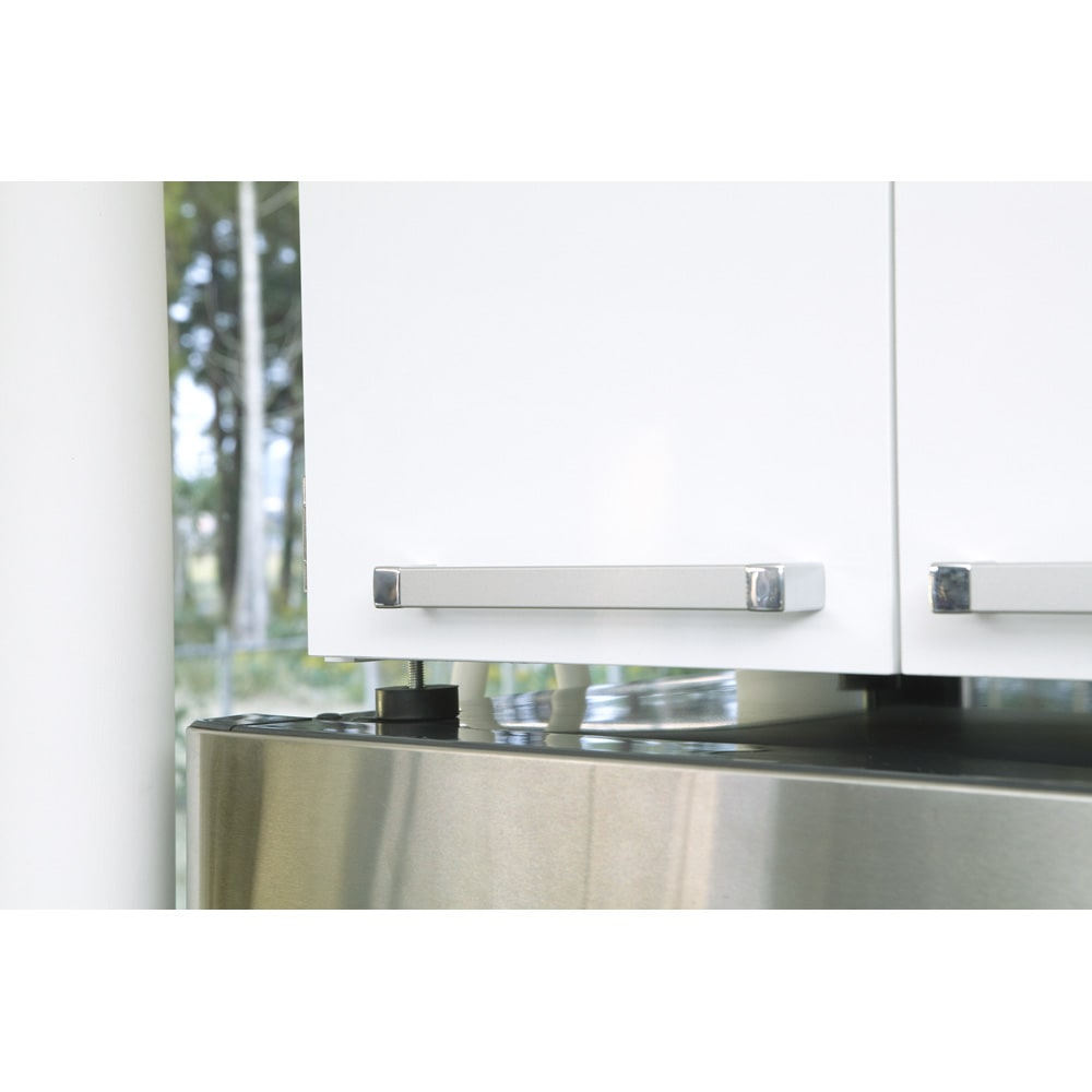 光沢仕上げ・冷蔵庫上ストッカー 幅63cm(脚部65cm) シンプルかつシッカリとした取っ手を採用。