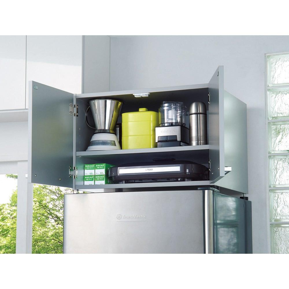 光沢仕上げ・冷蔵庫上ストッカー 幅63cm(脚部65cm) 収納棚板は3cm間隔で高さを調整できます。