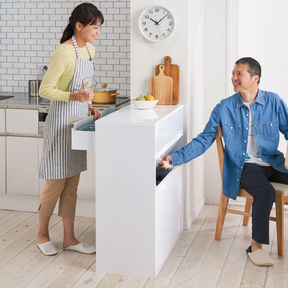 手前からも奥からもごみが捨てられる 間仕切り両面ダストカウンター 3分別 キッチン側からもダイニング側からも使えて便利! ※写真は4分別タイプです。
