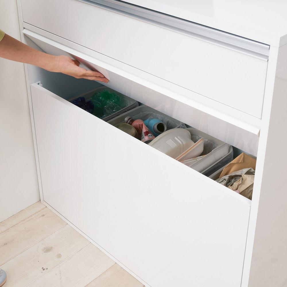 手前からも奥からもごみが捨てられる 間仕切り両面ダストカウンター 3分別 【スイング扉でゴミ捨て】扉は軽く押すだけで開くスイング式。キッチン側・ダイニング側のどちらからでもゴミ捨てができ、内部でゴミを分別できます。