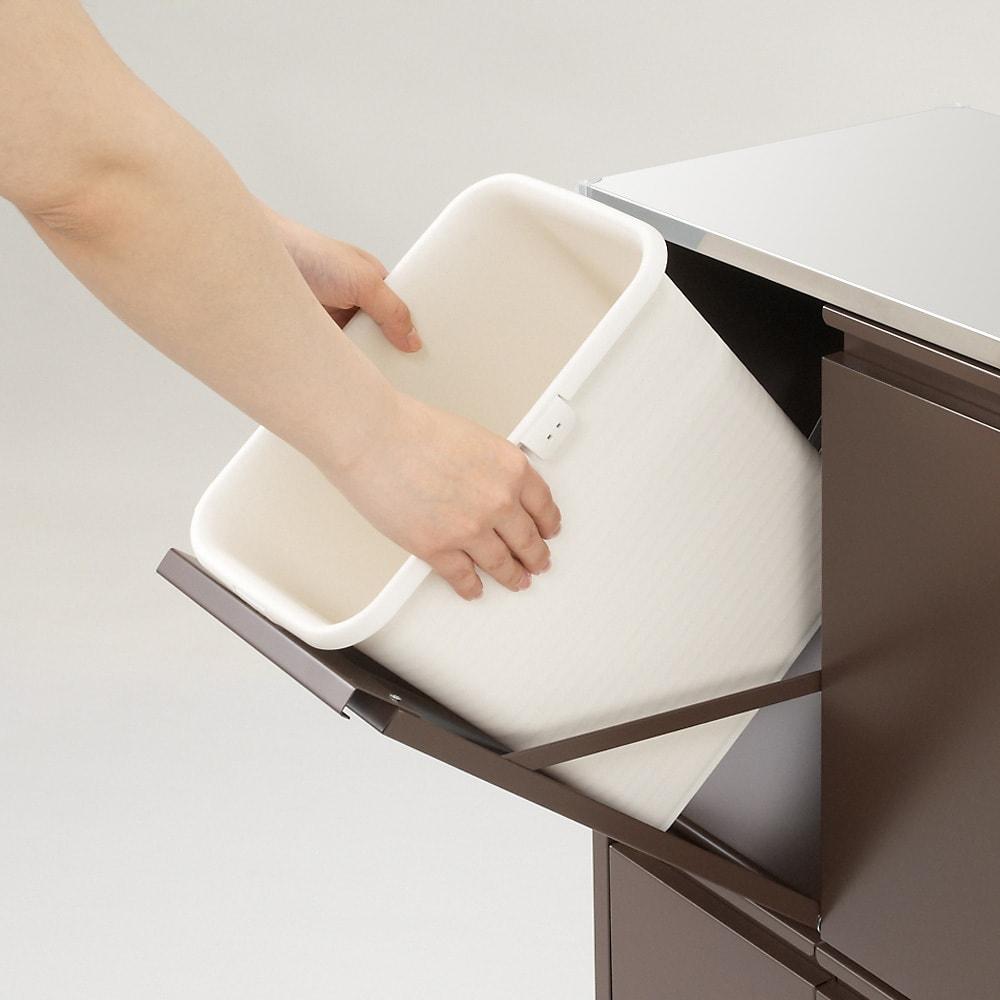 ステンレス天板ダストボックス 横型2分別 ゴミ箱は簡単に取り外し出来ます。 ごみ箱を洗う際にとても便利です。