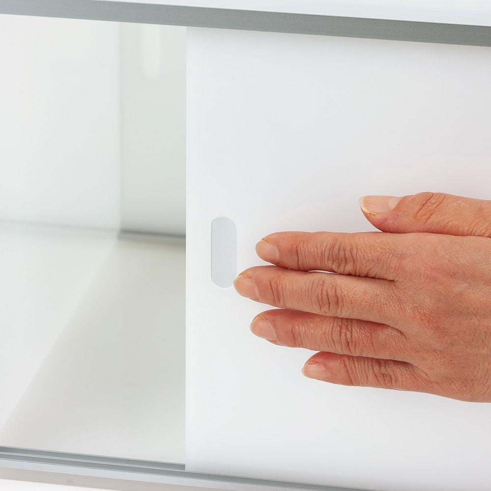アクリルカウンター上収納庫 幅45cm 奥行15cm 引き戸の手を掛ける部分は、アクリル板を削り出して成形しています。