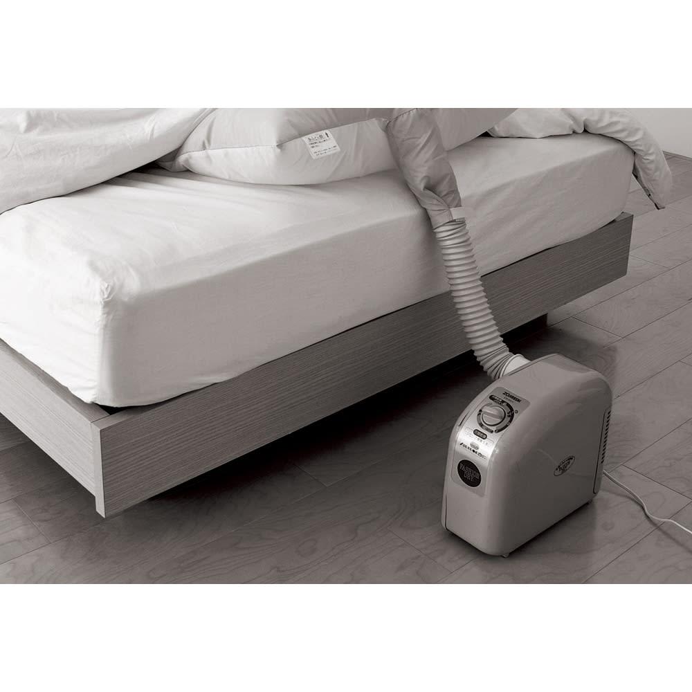 象印 プレミアム布団乾燥機 本体 従来の布団乾燥機は、布団にマットをはさみ、ホースを繋いで…と面倒さが難点でした。