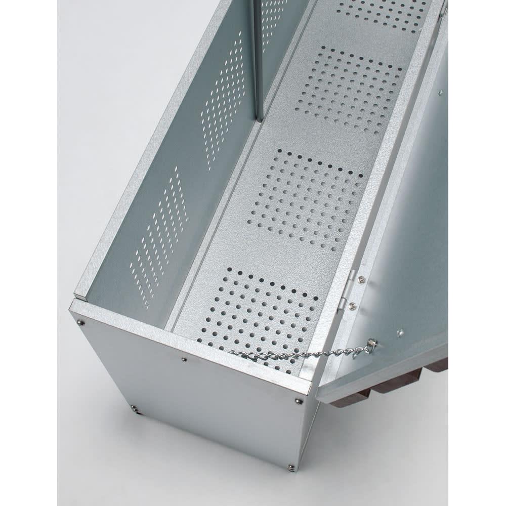 薄型ベランダ収納ベンチ 幅120cm 前面と底板にはパンチング孔加工を施しました。風通しが良く湿気や臭いのこもりを防ぎます。