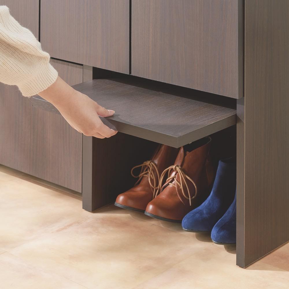 ちょい置きした靴を隠せるフラップ扉付きシューズボックス ロー・幅73cm 開閉カンタン!持ち上げて奥へスライドさせることで普段は収納できるフラップ扉。パタンと閉めれば玄関スッキリ。※有効内寸高さ28cm