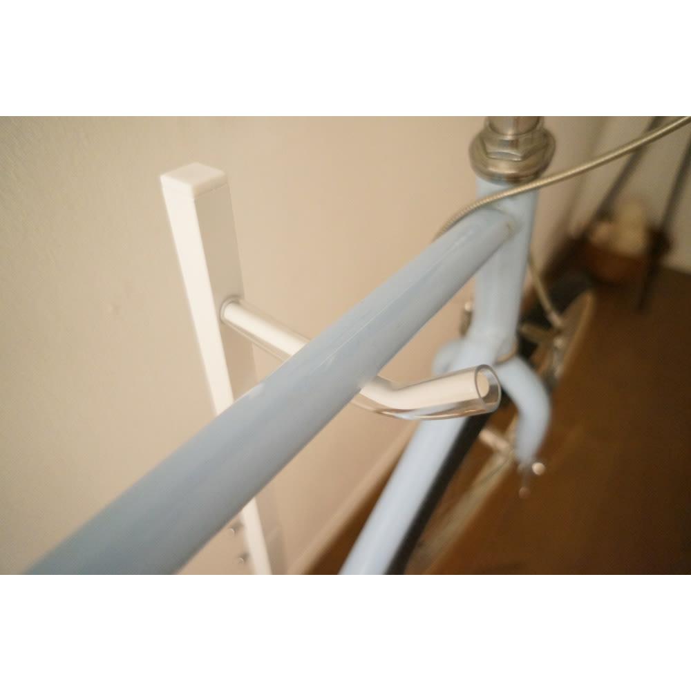 室内で使える ディスプレイサイクルスタンド 1台掛け フック部にはフレームを傷つけない保護材付き。