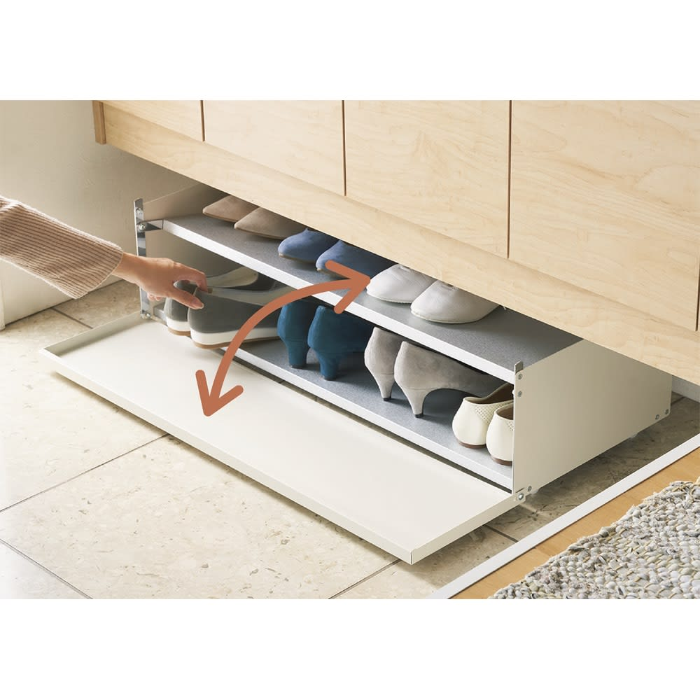 前板が手前に開いて出し入れラクラク 下駄箱下シューズ片付けワゴン 幅60cm 下駄箱下に収納したまま前板だけ開閉することもできるので、本体を動かさず靴を出し入れ可能。 ※写真は幅80cmタイプです。