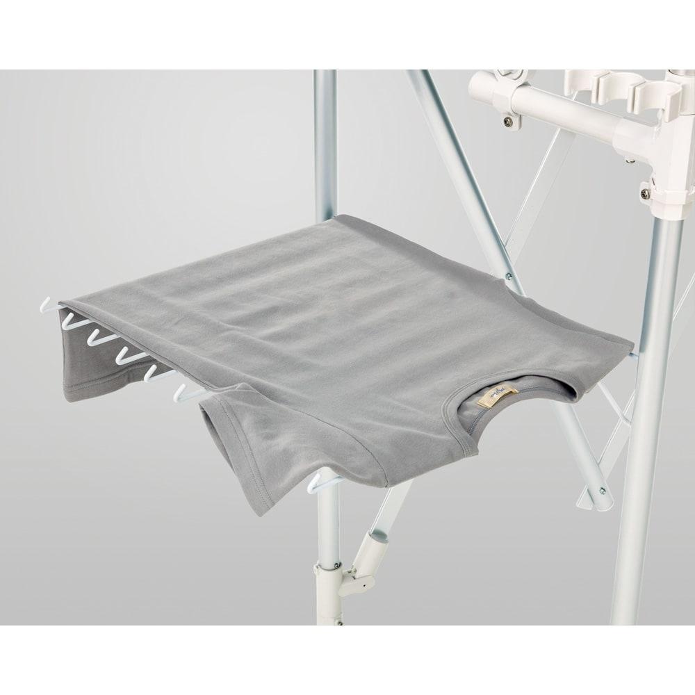ラインナップ充実のアコーディオン式スムーズ伸縮物干し(伸縮竿付き) レギュラーサイズ 本体幅77~140cm ベーシック 竿2本付き 10枚干せるタオル掛け 左右両方に折りたたみ式の10枚タオル掛け付き。平干しにも利用できます。