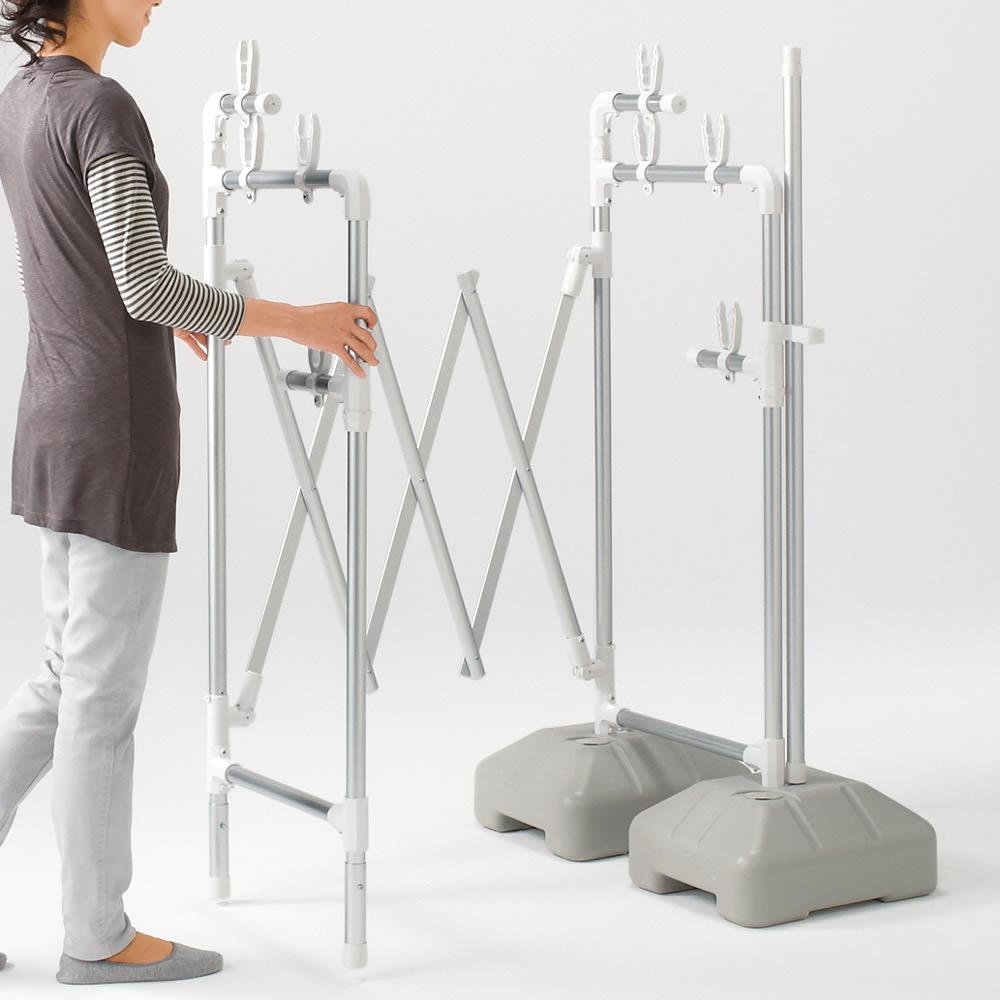 ラインナップ充実のアコーディオン式スムーズ伸縮物干し(伸縮竿付き) ワイドサイズ 本体幅120~215cm ベース付き 竿3本付き スーッと押すだけで幅を自由に調整できるアコーディオン式。