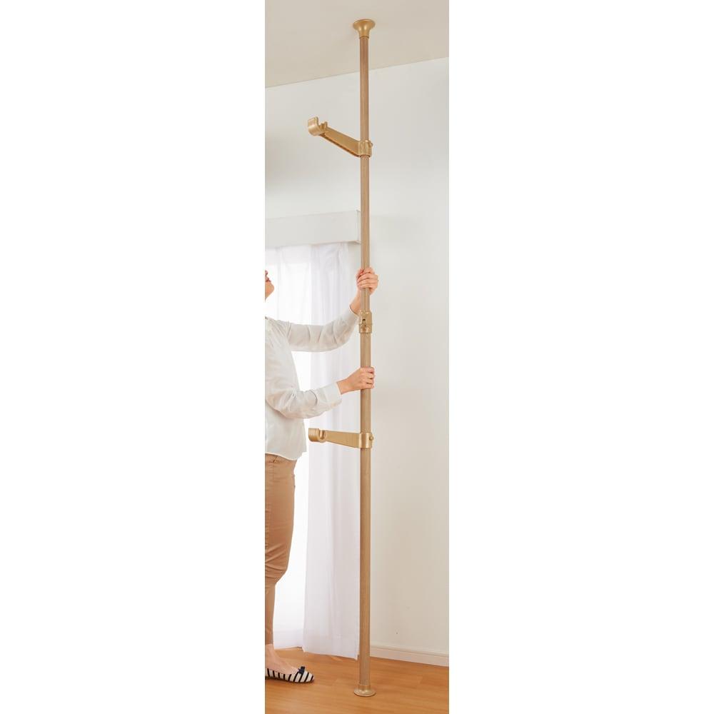 取付簡単窓枠突っ張り物干し 伸縮竿2本付き 設置は簡単! ポールの伸縮・突っ張りはスイッチ操作で女性でも簡単に行えます。竿受け部の位置は調整可能。