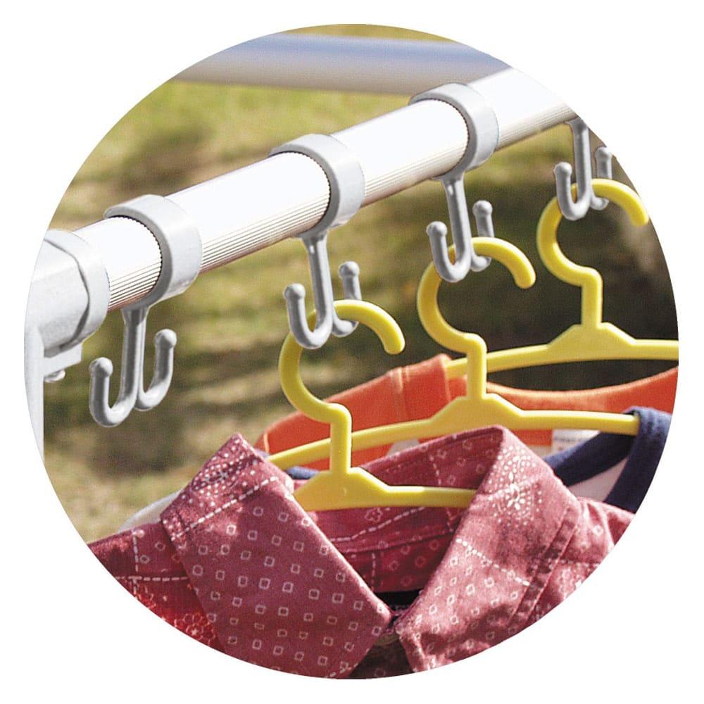 手前に広がる大容量ベランダ物干し ハンガーが風で外れにくい、ハンガーフック(10連)がついています。