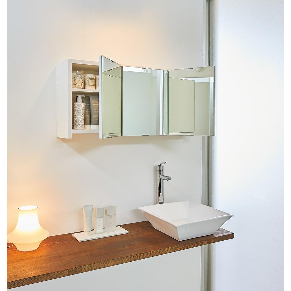 どこでもドレッサースペースにできる 三面鏡付き吊り戸棚 幅59cm 使用イメージ 自分専用スペースでゆったりメイクやお出かけ支度ができます。 ※写真は幅89cmタイプです。