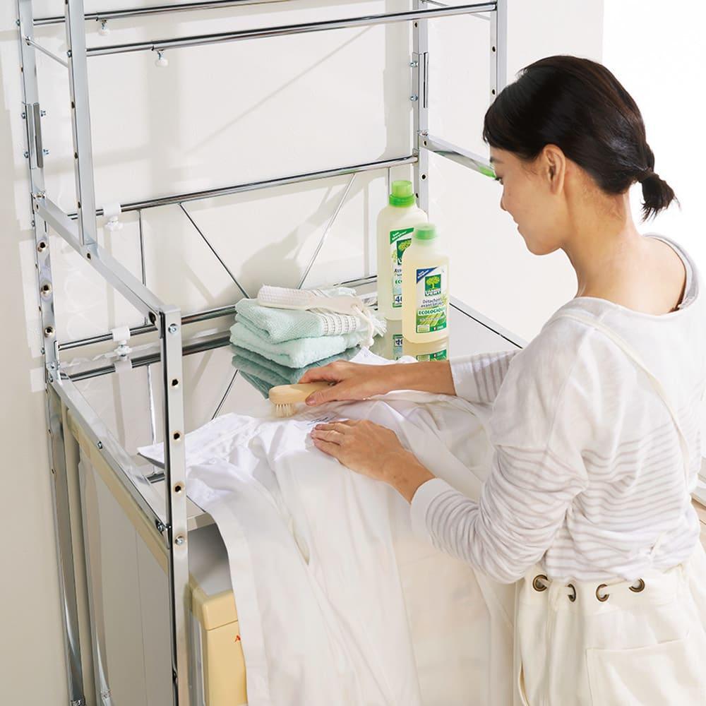 奥行たっぷり ステンレス棚の洗濯機ラック 棚3段 幅60~89cm 作業に便利!棚はステンレス製なので錆びにくく、部分洗いなどの作業スペースとしても活躍します。