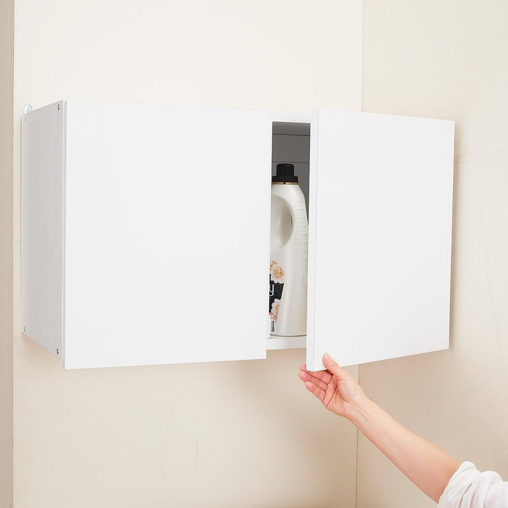 幅サイズを1cm単位で選んでぴったり!洗濯機上壁付け収納庫 幅71~80cm 扉下部に手を掛けて開閉できます。