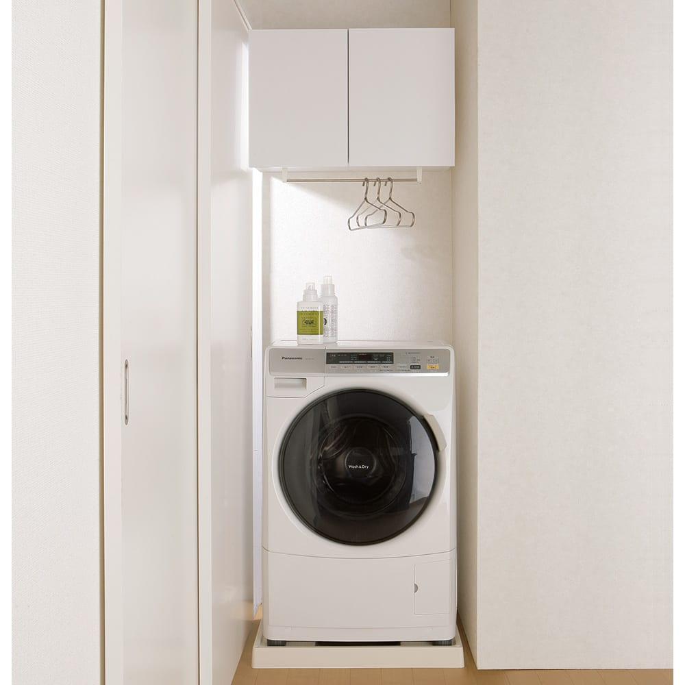 幅サイズを1cm単位で選んでぴったり!洗濯機上壁付け収納庫 ハンガーバー付き 幅71~80cm 使用イメージ すき間に合わせてサイズを選べば、作り付けたようにスッキリ。 ※写真はハンガーバー付き幅60~70cmタイプです。