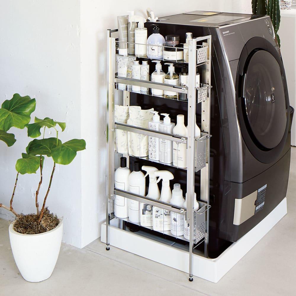 ステンレス洗濯機サイドラック 4段 幅17.5cm高さ103.2cm 使用イメージ 脚部アジャスター付きで約4cmまでの段差に対応できます。 ※写真は4段 幅14.5高さ103.2cmタイプです。
