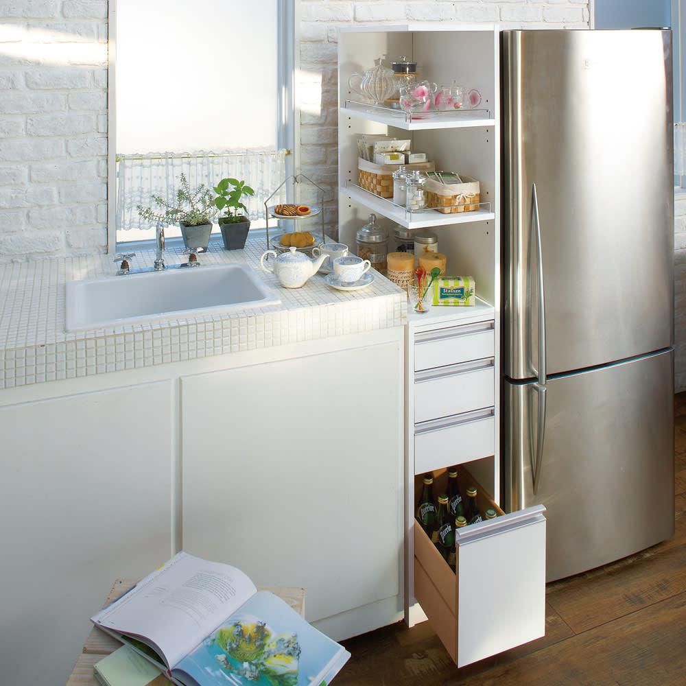 取り出しやすい2面オープンすき間収納庫 奥行44.5cm・幅15cm 使いやすい上段オープンタイプでキッチンの隙間をフル活用。 下段のチェストもキッチン周りの整理に便利です。 ※写真は幅30奥行55cmタイプです。