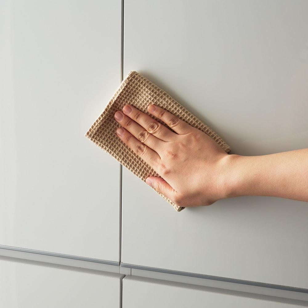 組立不要 洗濯カゴ付き2in1光沢サニタリー収納庫 ロータイプ 幅43.5cm 前面はサニタリー収納やランドリー収納にぴったりな美しい光沢仕上げ。汚れもサッと拭き取れます。