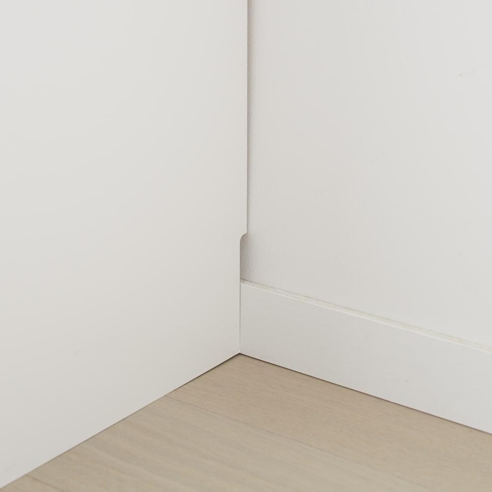 組立不要 洗濯カゴ付き2in1光沢サニタリー収納庫 ロータイプ 幅43.5cm 幅木よけカットを施してあるので、壁にぴったり設置ができます。(幅木サイズ:1×8cm)
