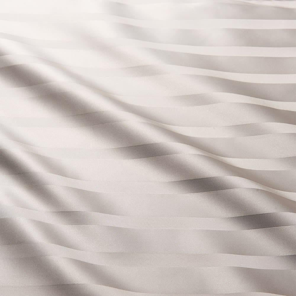 オールシルクシリーズ サテン織りマルチシーツ グレージュ 肌ざわりもリッチなサテン織りで、シルクの光沢をひときわ美しく仕上げました。