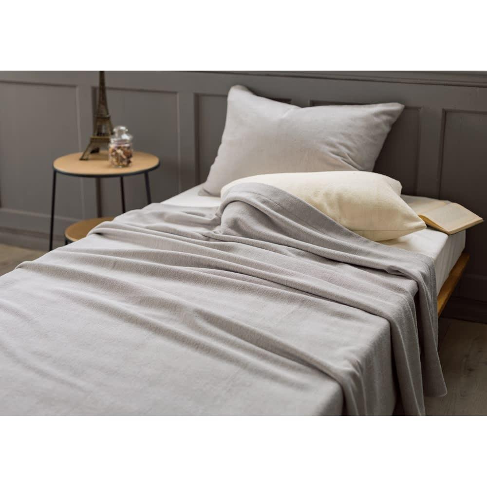 使って実感! しっとりリッチなシルク100%タオルシリーズ タオルケット シングル (イ)パールグレー サラサラかつしっとりな風合いは、シルクの吸放湿性・保湿性・保温性によるもの。汗をかいてもサラリと快適で、乾燥しにくく肌にやさしい。冬場は毛布としてもおすすめです。(※お届けは タオルケットです)
