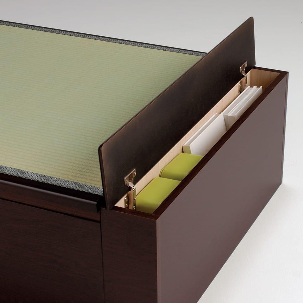 跳ね上げ美草畳収納ベッド ヘッド付き ロングタイプには本や雑誌などが入る収納スペースがあります。フタを閉じればロングタイプの布団も乗るので便利です。