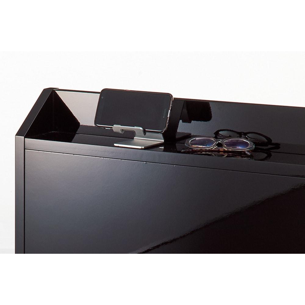 光沢が美しい収納チェストベッド ベッドフレームのみ ヘッドボードは小物が置ける奥行9.5cmの小棚付き。