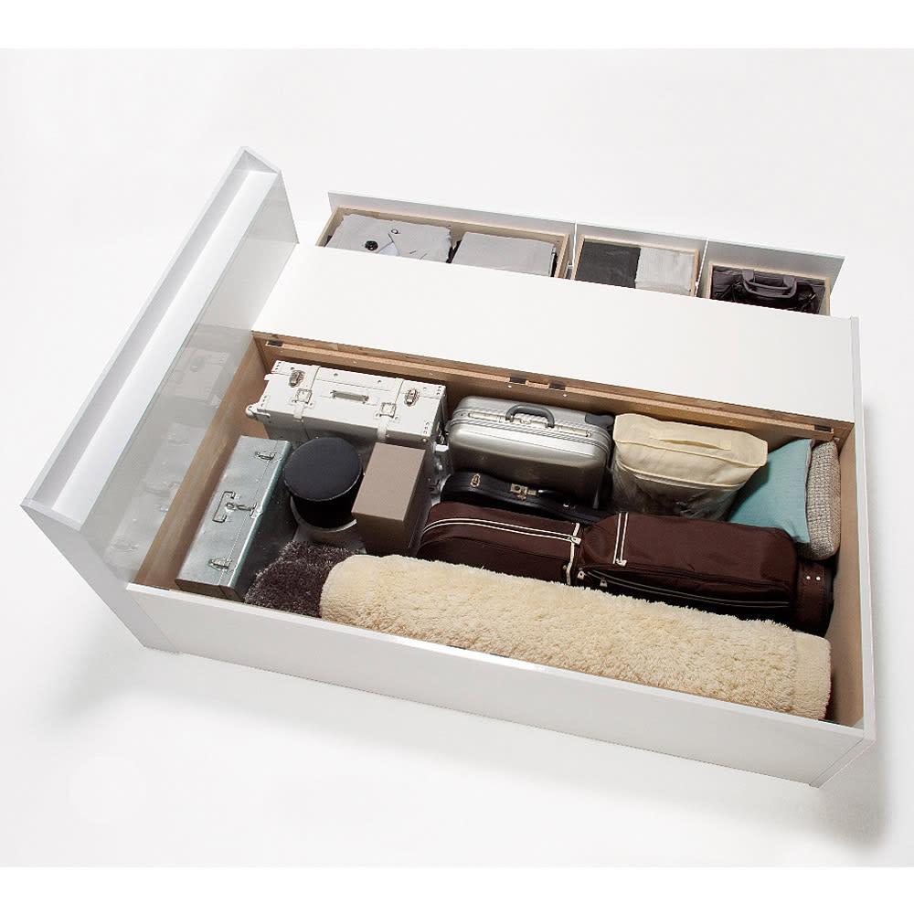 光沢が美しい収納チェストベッド ポケットコイルマットレス(厚さ19cm)付き お部屋が片づく大量収納が自慢 床板の下は長さ190cmまでの長尺物が収納可能。深型タイプで旅行用バッグなども対応。引き出しと併せてたっぷり収納。