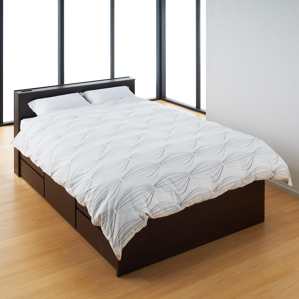 間仕切り仕様 大容量収納チェストベッド ポケットコイルマットレス付き (イ)ダークブラウン ※写真はダブルサイズです。 枕と掛布団を置いた時の使用イメージ。