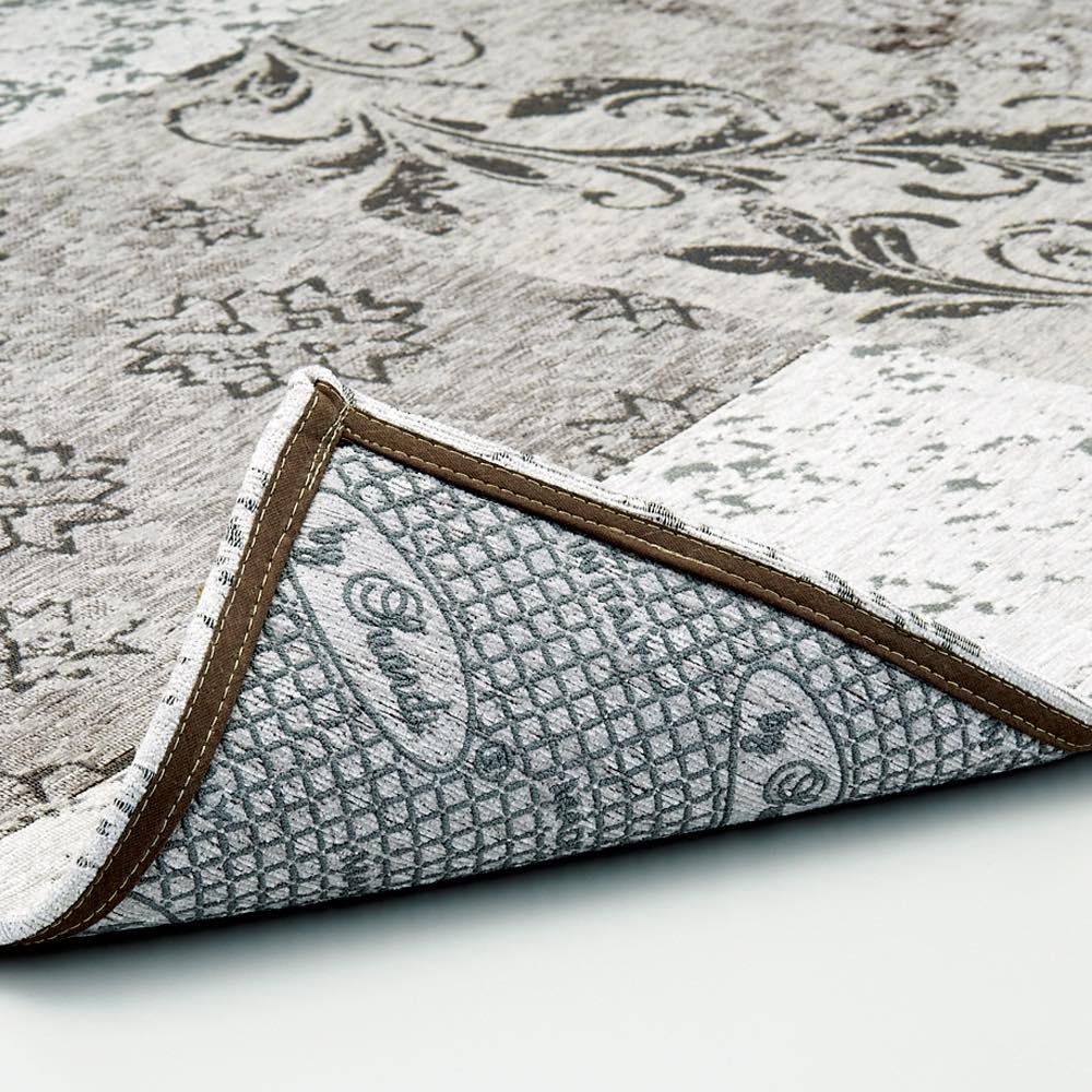 イタリア製ジャカード織りラグ〈サツルノ〉 裏面は滑りにくい加工。