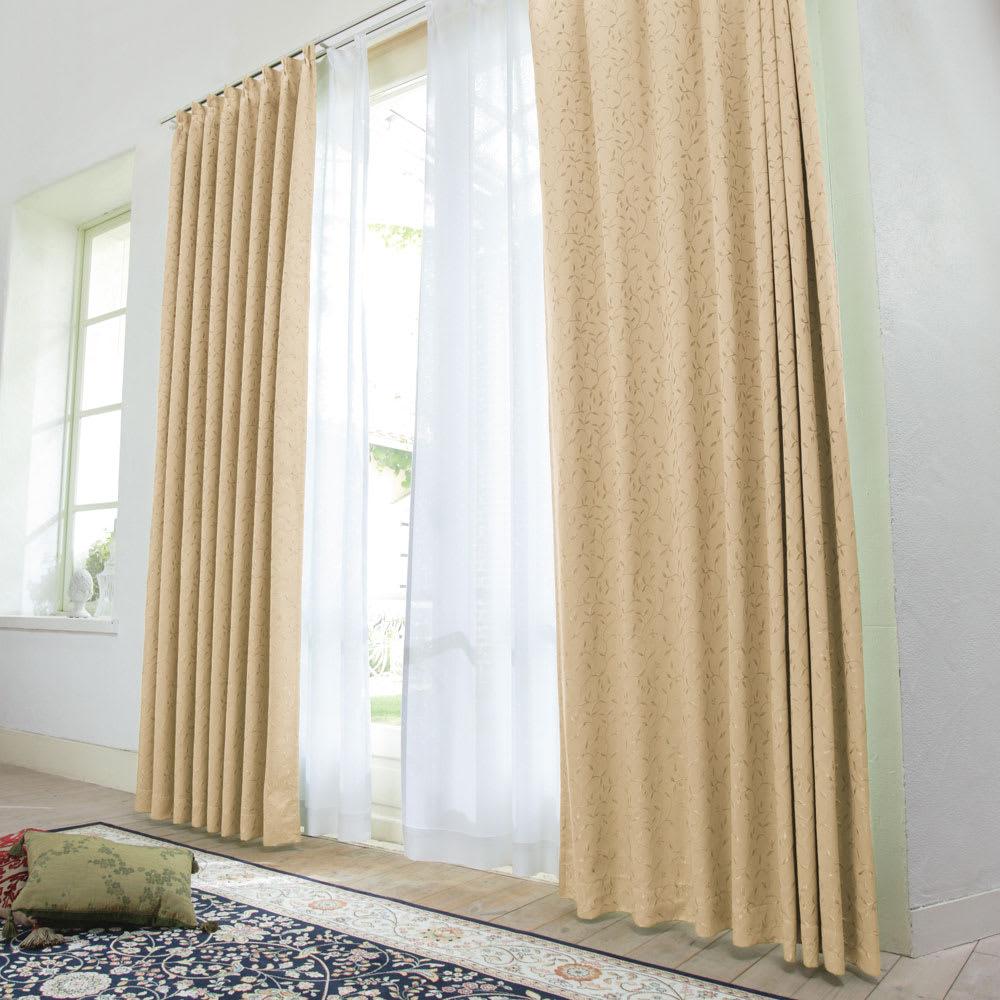 リーフ柄 形状記憶加工 多サイズ・多機能カーテン 幅100cm(2枚組) コーディネート例(オ)ベージュ ※レースカーテンは商品に含まれません。