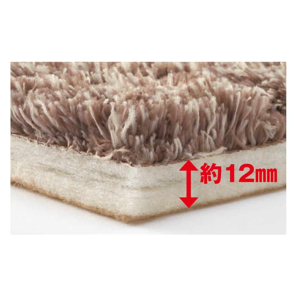 ハイブリッドバック防音ふっくらラグ 厚みたっぷりで頼れる防音性と耐久性【HYBRID BACK〈ハイブリッド バック〉】 へたりにくく耐久性に優れた肉厚でクッション性のある不織布を使用。ΔLL-6等級の優れた防音性能があり、足音や落下物の音がほとんど気にならないほど。