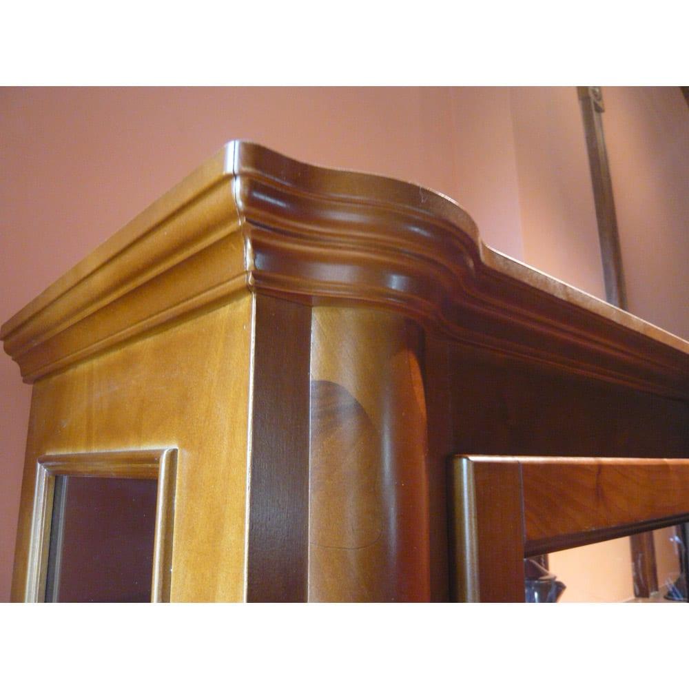 イタリア製クラシック ガラスコレクションキャビネット 天板からサイドのボリューム感が重厚感を与えてくれます。
