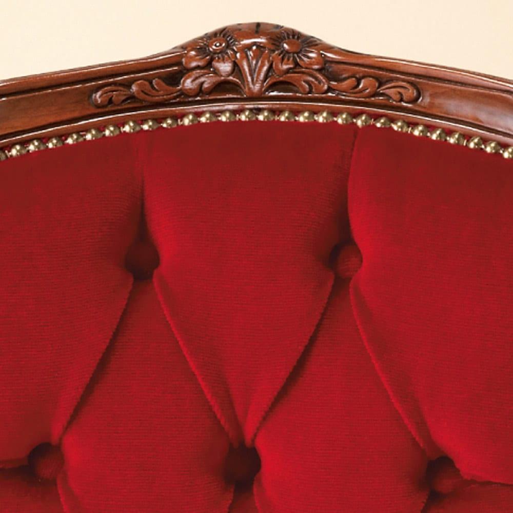 イタリア製クラシックシリーズ 肘付きチェア 背もたれの彫刻、張り地のボタン締めと鋲留めが豪華な雰囲気。