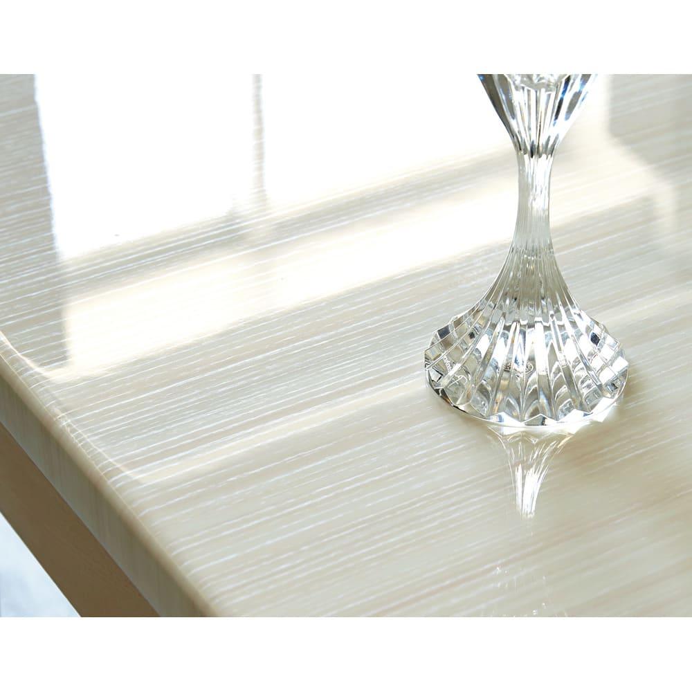 光沢が美しい 伸長式 モダン ダイニングテーブル 木目柄の天板は高級感のあるつややかな光沢のUV塗装。熱やキズ、汚れに強くお手入れもサッとひと拭き。