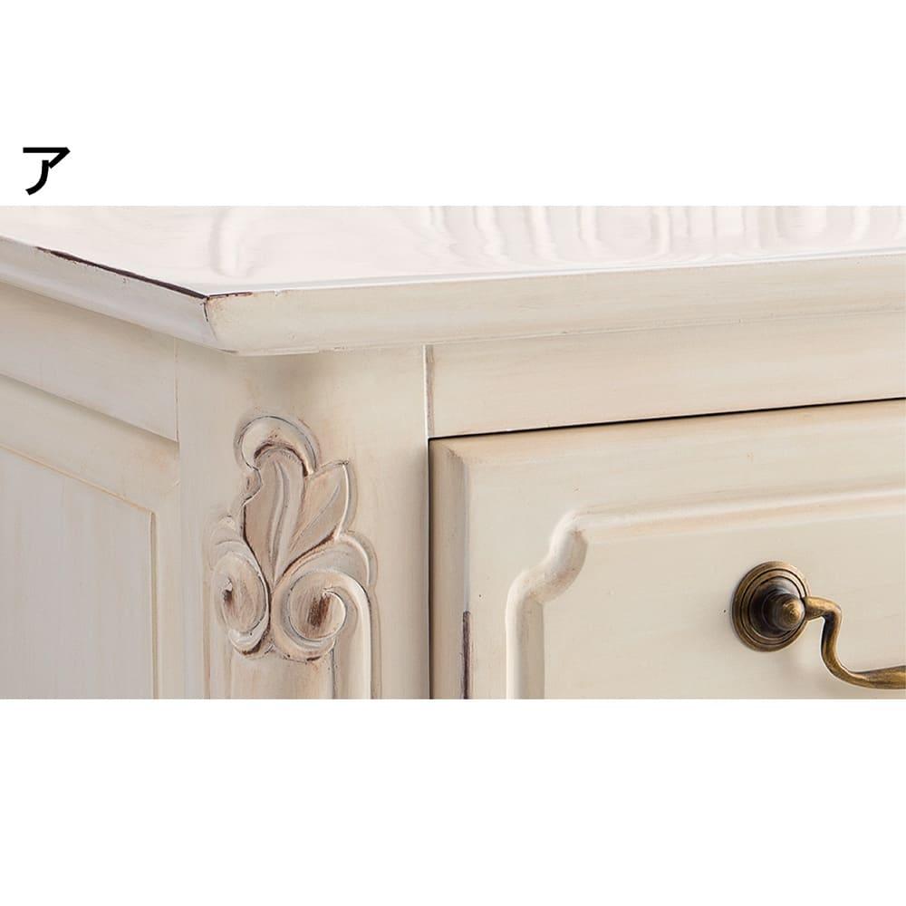 アンティーク調クラシック家具シリーズキャビネット・幅110cm 部分的に塗装に削り加工を施し、長年使い込んだような味わいのある風合いに仕上げています。