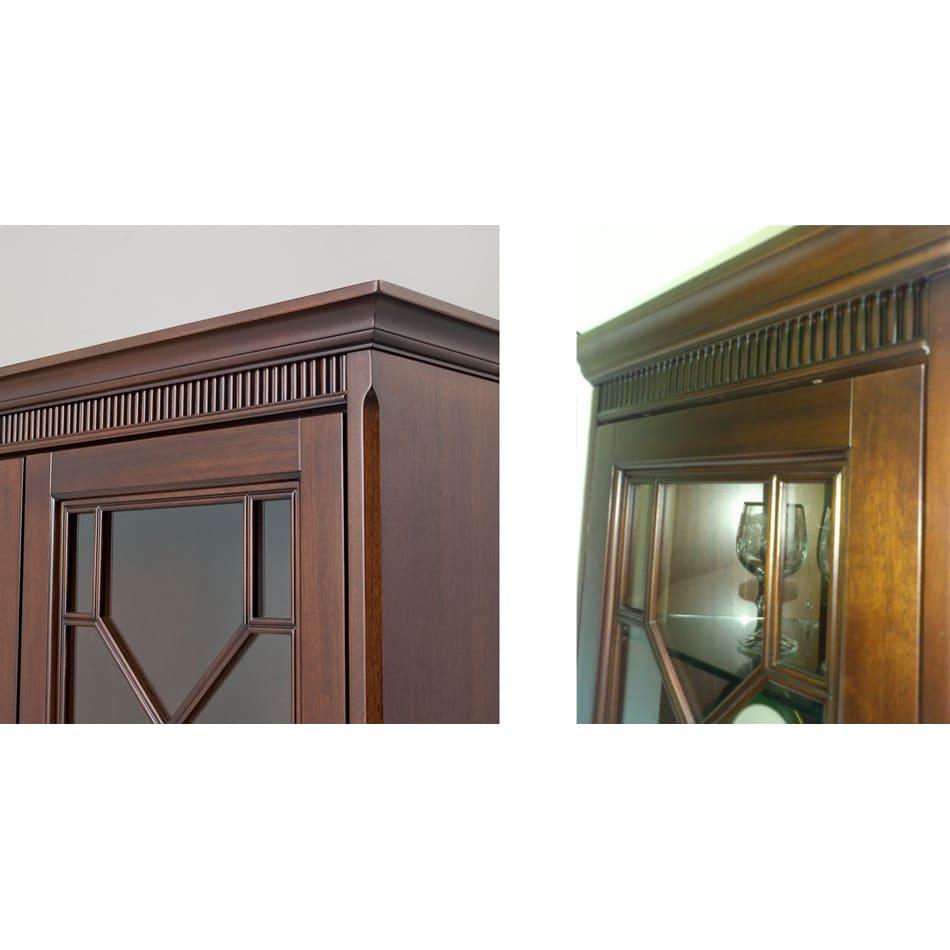 クラシカルロイヤル ケントハウスシリーズ カップボード(ガラス扉食器棚) 前面上部に手彫りの装飾が施されています。