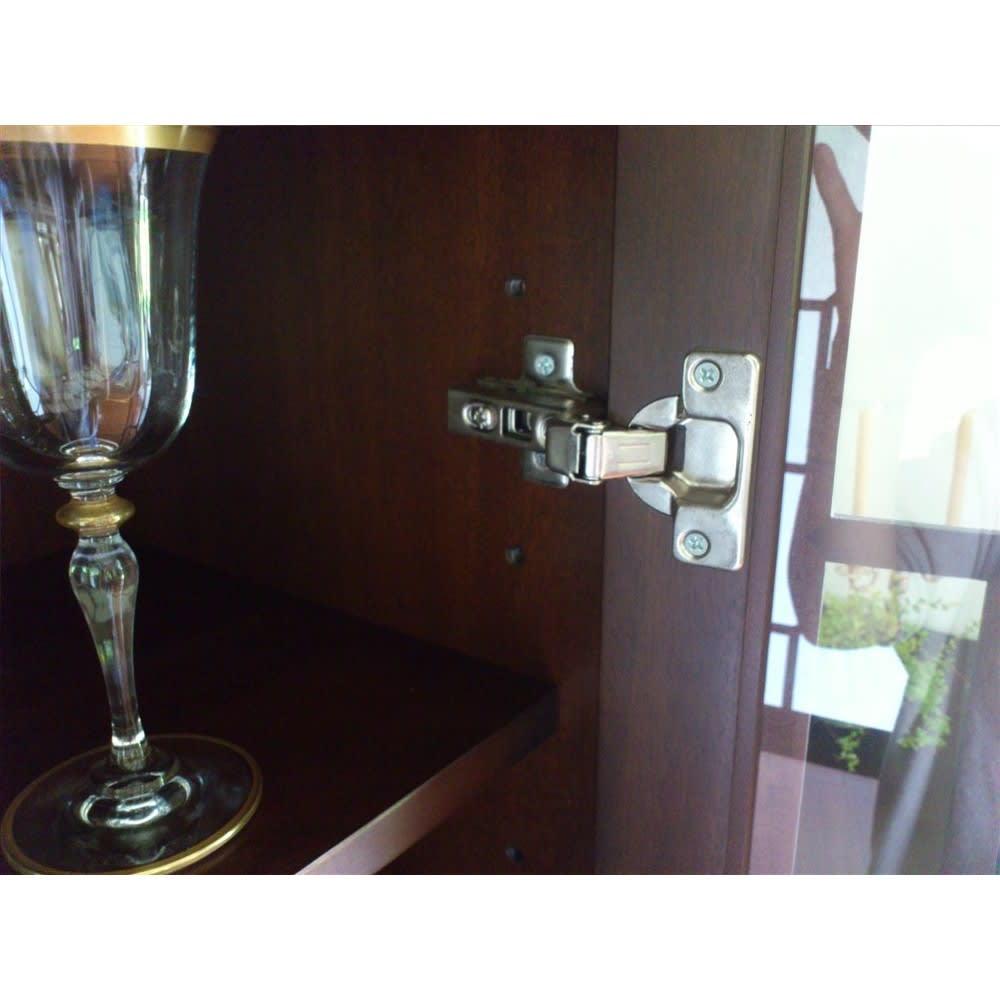 クラシカルロイヤル ケントハウスシリーズ カップボード(ガラス扉食器棚) 扉内の棚板は便利な可動式。収納物の大きさに合わせて調整できます。
