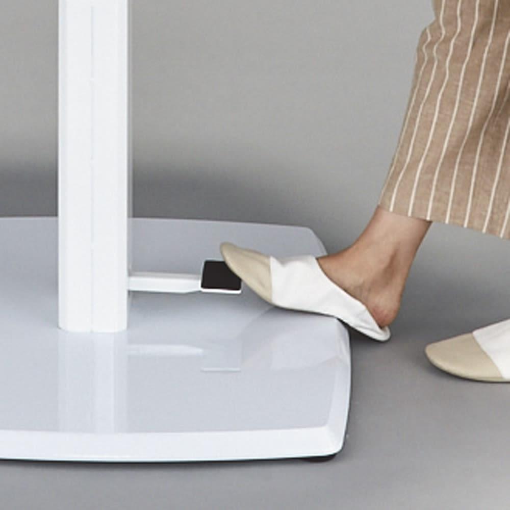 コミュニケーション昇降式テーブル 脚部のペダルを踏みながら天板を手を添えて上げ下げ。手軽に無段階の高さ調節ができます。1台あると、さまざまなシーンで便利に使えます。