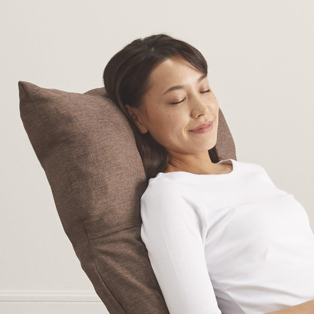 [国産]ふんわりハイバック座椅子ソファデラックスワイド うたた寝するときは角度を倒して、テレビを見るときは、角度を高くして首を支え、テレビ目線をらくらくキープ。