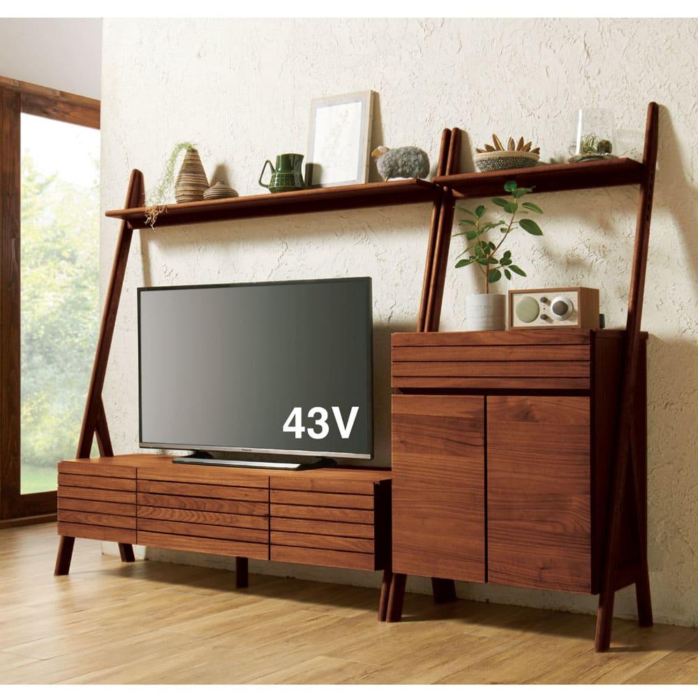 天然木シェルフテレビ台シリーズ テレビ台 幅135cm コーディネート例(イ)ダークブラウン ハイタイプなのにこの開放感