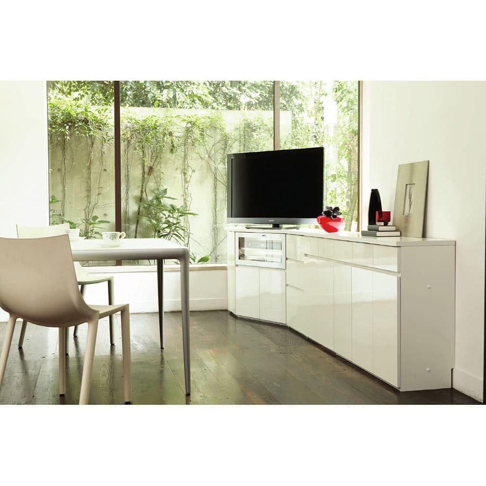 ダイニングテーブルから見やすいハイタイプテレビ台左コーナー用(左壁用) 高級感のある光沢に軽快で清潔感のあるホワイト。