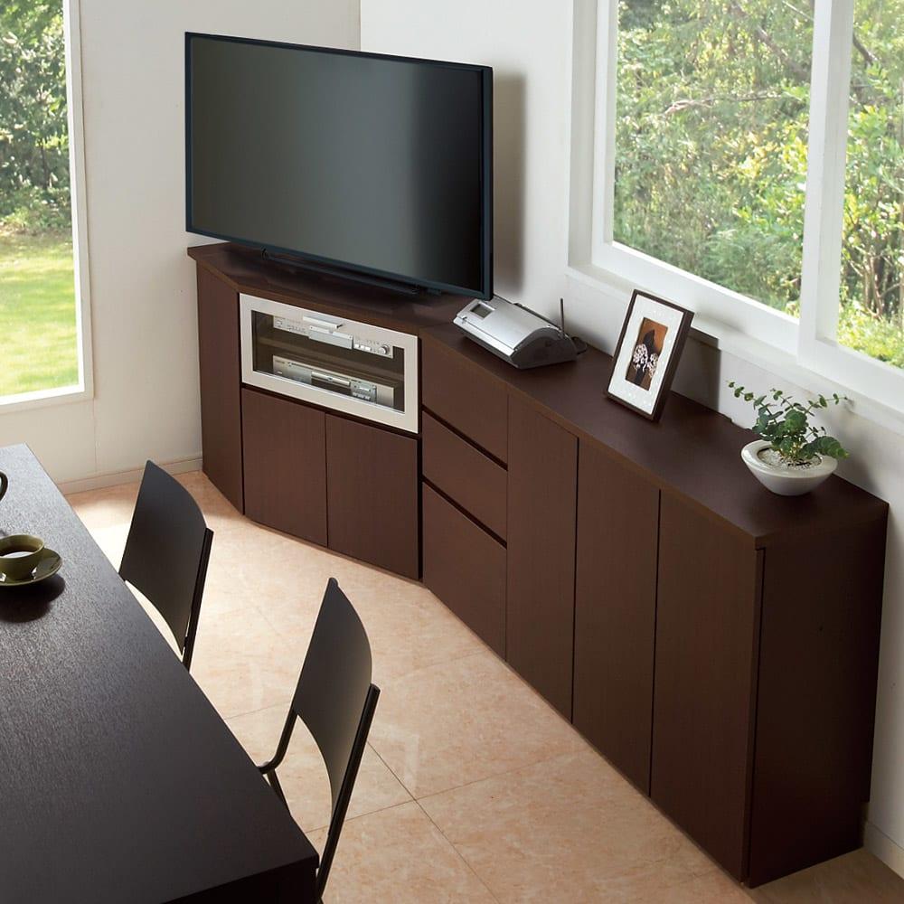 ダイニングテーブルから見やすいハイタイプテレビシリーズ  薄型キャビネット3枚扉  幅89.5cm コーディネート例。 天板奥には配線用カットがあるため電化製品の設置もOK。