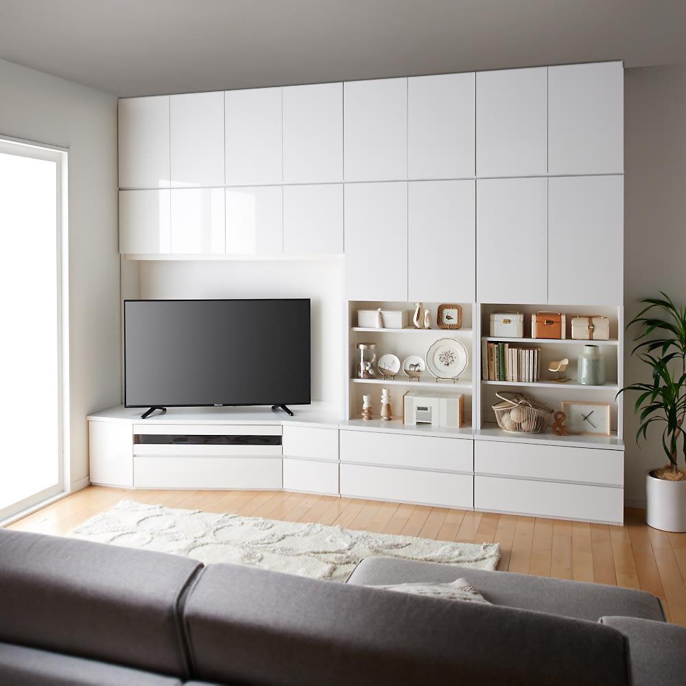 コーナーテレビ台壁面収納シリーズ 幅117cm TV台右壁設置用 コーディネート例ソファ目線 (ア)ホワイト 画像は左設置用150cmです。