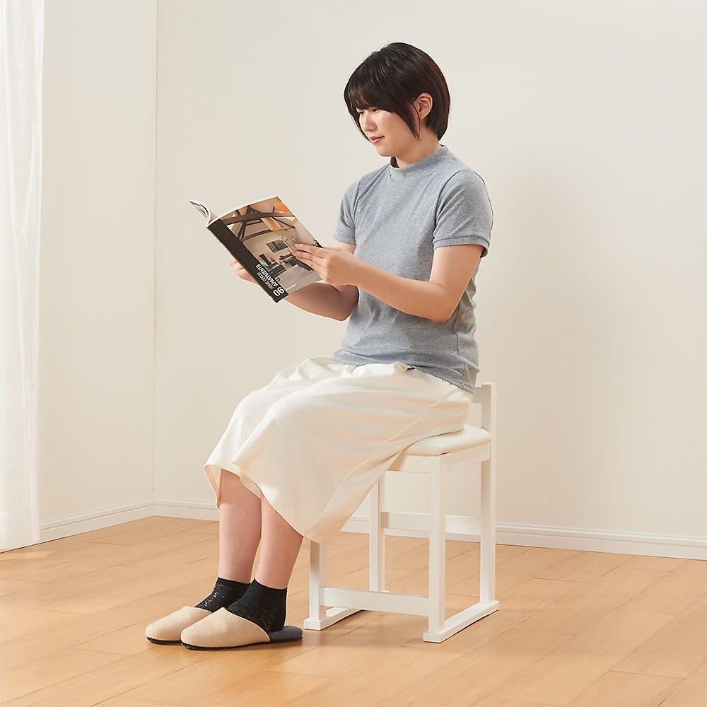 3面鏡ドレッサーシリーズ ドレッサー(スツール付き) 幅80cm 背もたれつきなので、座った時の安定感があります。