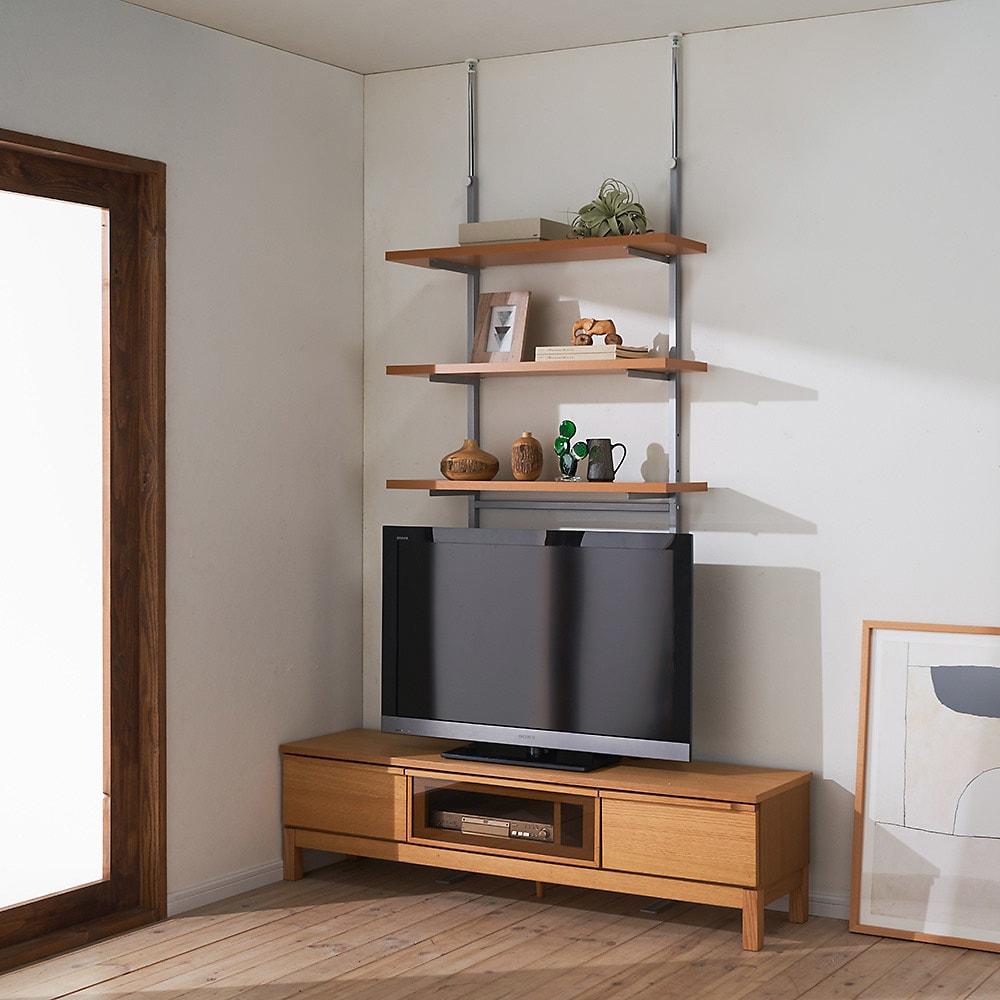 突っ張り式スペースラック 3段 幅59.5cm コーディネート例 (ア)ナチュラル 壁面に沿って整然とディスプレイ。 ※お手元の家具と合わせて壁面を活用できます。≪テレビ台と≫
