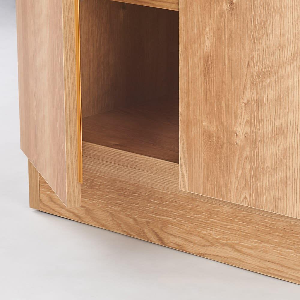 天然木調 リビング壁面収納シリーズ 収納庫 扉タイプ 幅29cm 扉の下は補強板がついているので、前にラグやカーペットを敷いてもラクに開け閉めができます。