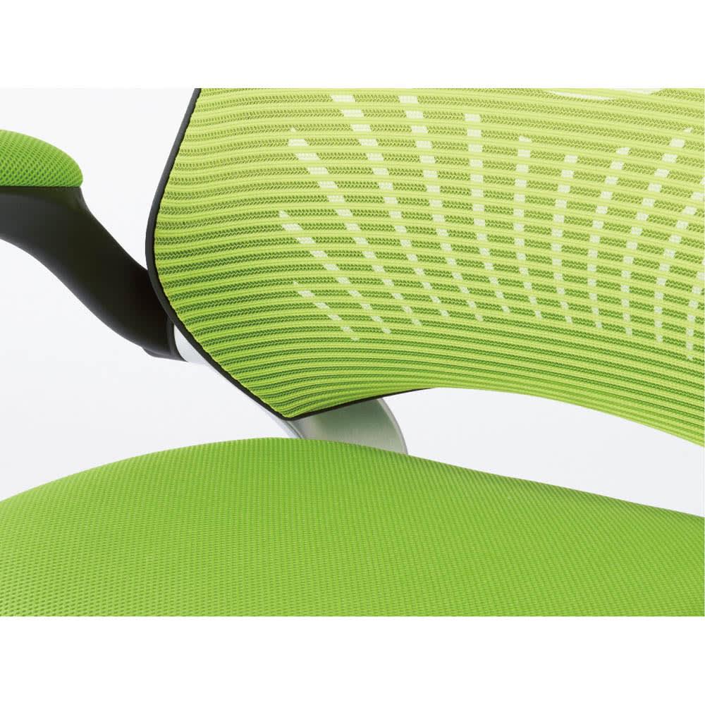カーブラインスタイリッシュメッシュチェア 通気性に富むメッシュの背もたれ。