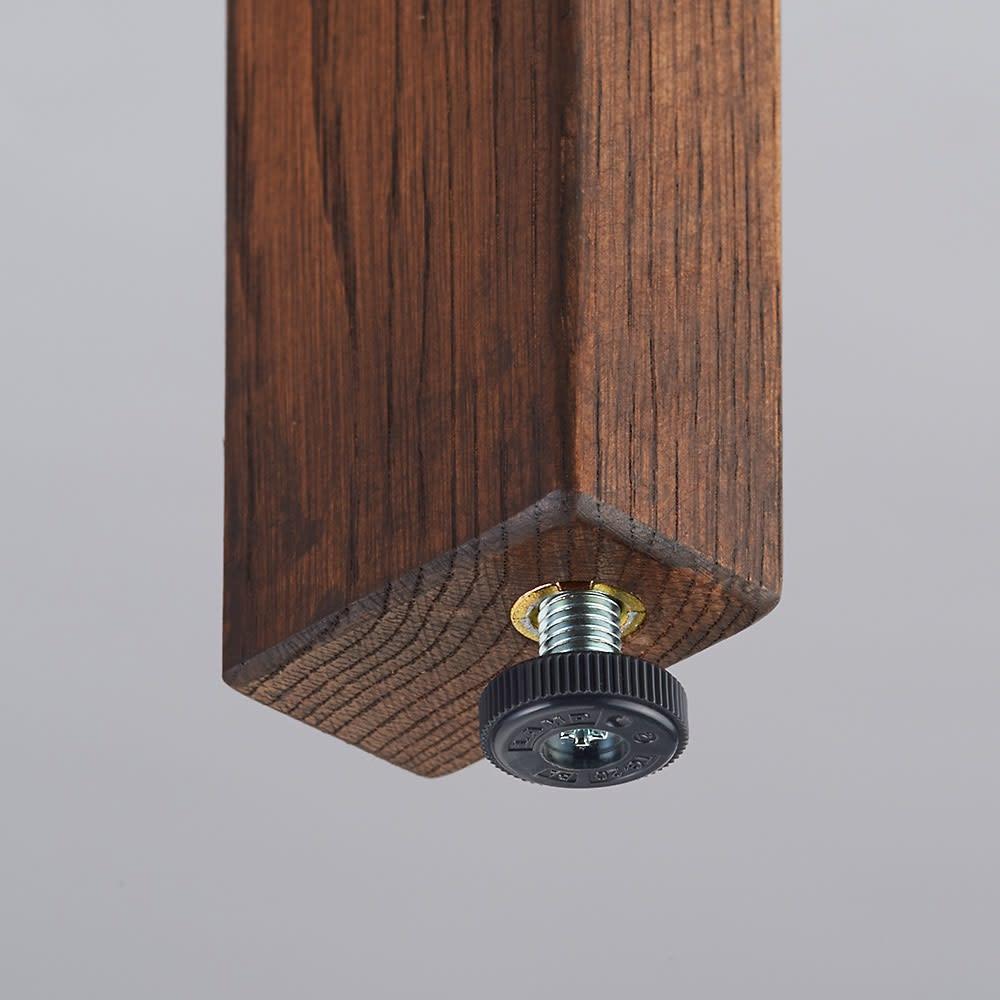 奥行35cm 北海道オーク材のコンパクトシリーズ デスク・幅120cm 脚にはがたつき防止のアジャスターがついているので天板での作業も安定して行うことができます。