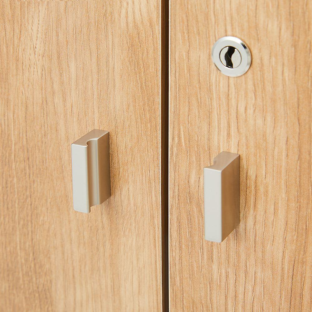 奥行40cm 全ての収納は鍵付き!秘密を守るデスクシリーズ キャビネット・幅120cm(4枚扉) 取っ手は手が掛けやすく、モダンなデザインです。 ※写真はキャビネットです。